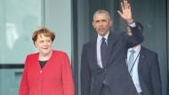 Bundeskanzlerin Angela Merkel (CDU) und der ehemalige US-Präsident Barack Obama kommen nach einem Gespräch am Freitag aus dem Kanzleramt.