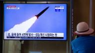 Ein Südkoreaner schaut die Fernsehnachricht über Nordkoreas jüngsten Raketentest im Hauptbahnhof Seoul.