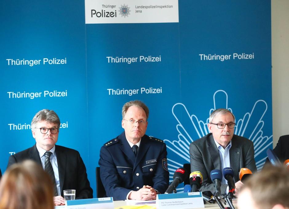 Der ehemalige Soko-Chef Lutz Schnelle auf der Pressekonferenz in Jena (links)