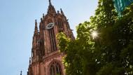 Der Platz vor dem Frankfurter Dom soll neu gestaltet werden. Er wird mit Basaltsteinen gepflastert und für den Autoverkehr gesperrt.