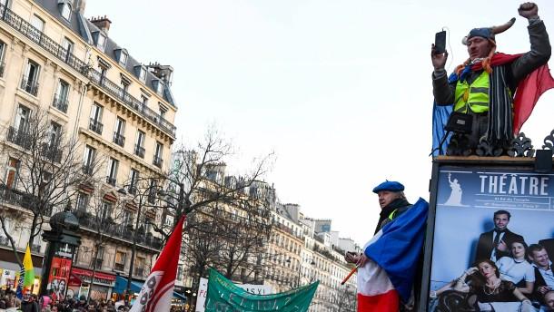 Die französische Regierung knickt ein