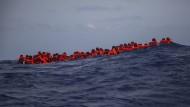 Afrikanische Flüchtlinge warten im Mittelmeer auf ihre Rettung durch eine spanische NGO.