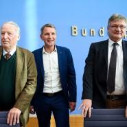 Die Früchte des Erfolgs präsentieren: AfD-Ko-Vorsitzender Alexander Gauland (links), Björn Höcke (mitte) Fraktionsvorsitzender und Spitzenkandidat in Thüringen und Jörg Meuthen (rechts), Ko-Vorsitzender, auf einer Pressekonferenz am Montag in Berlin.