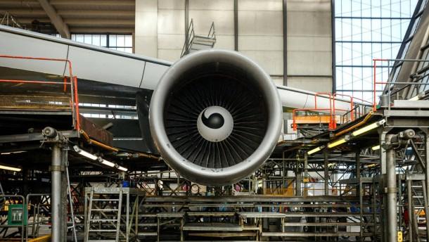 Triebwerksüberwachung bei Lufthansa Technik - Zur Überwachung von Triebwerken während des Betriebes elektronische Geräte und am Boden Mechaniker eingesetzt