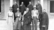 In Tibet: Peter Aufschnaiter mit einheimischen Würdenträgern, darunter sein enger Freund Dasang Damdul Tsarong (vorne, Zweiter von links)