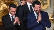Im Wahlkampf haben Matteo Salvini (r)  und Luigi Di Maio vollmundige Versprechungen gemacht – doch diese sind nur schwer umsetzbar.