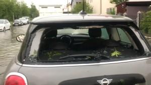 Hagelkörner in Golfballgröße zerschlagen Autoscheiben