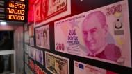 Eine überdimensionale Kopie einer 200-Lire-Banknote hängt in einer Wechselstube in Istanbul.