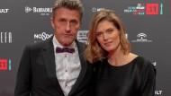 """""""Cold War""""-Regisseur Pawel Pawlikowski und seine Frau Malgorzata Bela-Pawlikowska posieren auf dem roten Teppich in Sevilla."""