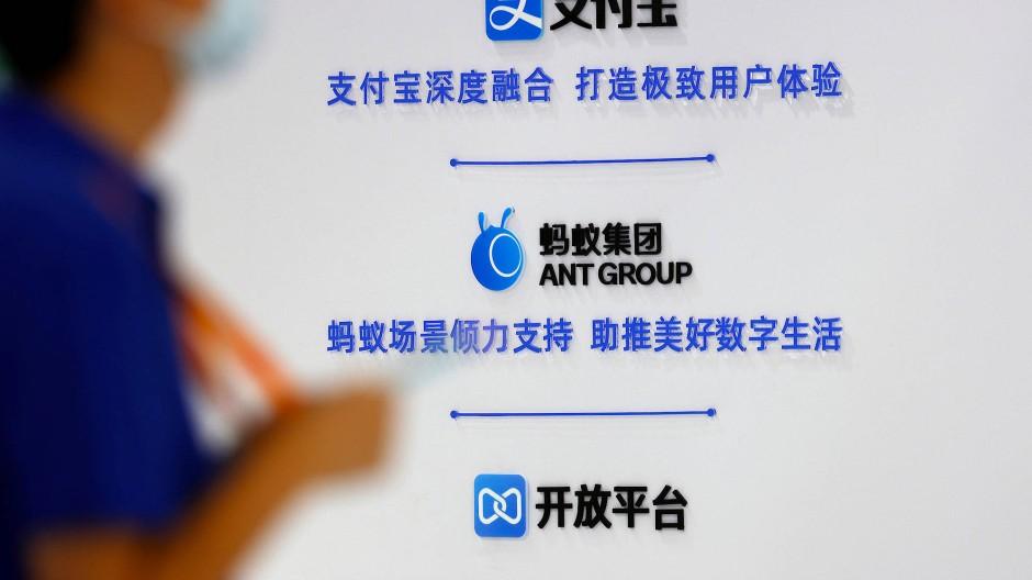 Die Logos von AliPay und der Ant Group sind in Peking zu sehen.