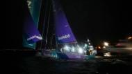 """Erster: Das """"AkzoNobel""""-Team fährt als Erster in den Hafen von Auckland ein."""