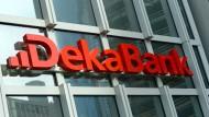 Das Logo an der Fassade der Dekabank in Frankfurt am Main
