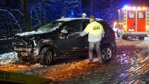 Schnee und Sturm sorgen für Chaos auf Straßen und Schienen