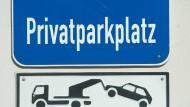 Die Suche nach einem Parkplatz ist bald Geschichte. In Frankfurt soll ein Hotel entstehen, in dem auch ein Zimmer für das Auto gebucht werden kann.