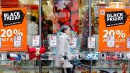 """Reduzierte Preise: Vom """"Cyber Monday"""" bis zum """"Black Friday"""" überbieten sich Geschäfte in der analogen Welt wie im Internet mit Schnäppchen."""