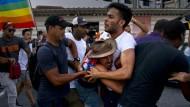 Trotz Verbots haben rund 100 Menschen in Havanna für die Rechte von Schwulen demonstriert.