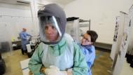 Medizinisches Personal wird in München für den Ebola-Einsatz geschult