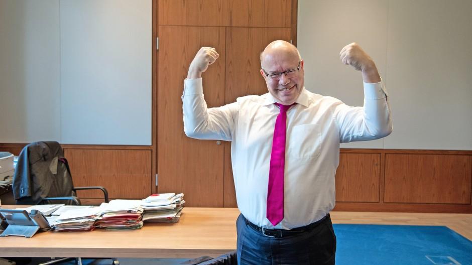 Kraftvoll: Vor einem Interview im Sommer 2020 ließ  Peter Altmaier, der in seiner Freizeit Hanteltraining macht, die Muskeln spielen.