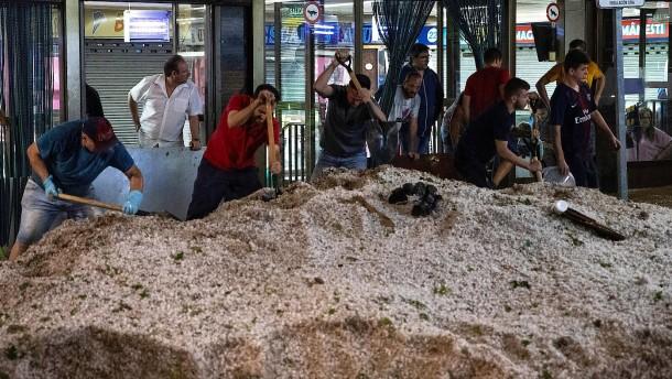 Gewitter und Hagel setzen Großraum Madrid unter Wasser
