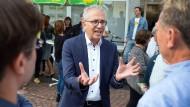 Geht auf die Leute zu: Grünen-Spitzenkandidat Tarek Al-Wazir macht Wahlkampf in der Fußgängerzone von Hofheim.