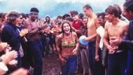 Als es zu regnen begann, ging der Spaß erst richtig los: Schlammtanz mit Rhythmusgruppe beim Woodstock-Festival vor fünfzig Jahren.