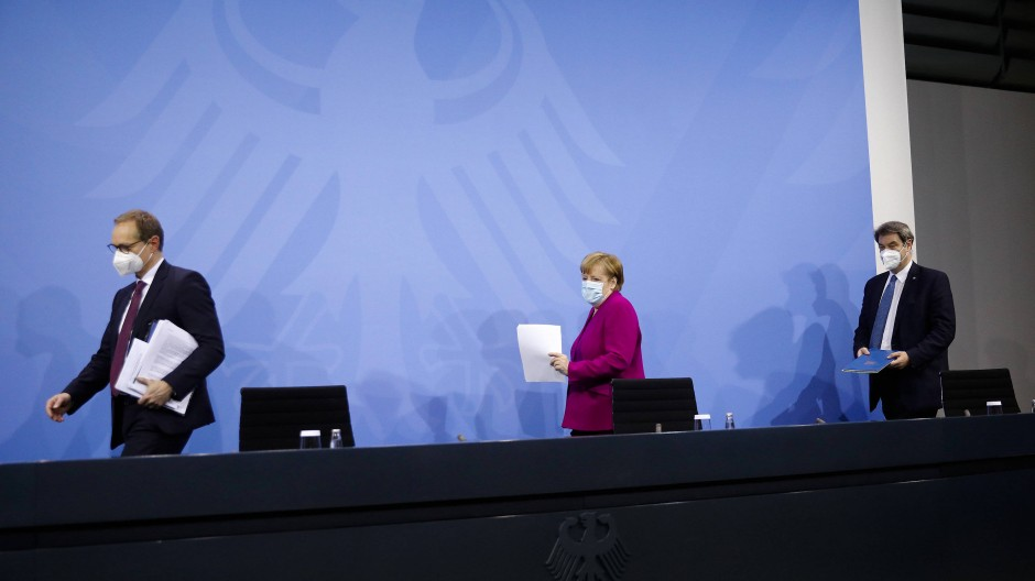 Kurz vor Mitternacht ist es so weit: Bundeskanzlerin Merkel verkündet die neuen Beschlüsse.