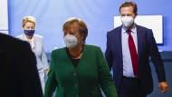 Kanzlerin Merkel und Regierungssprecher Steffen Seibert (rechts)