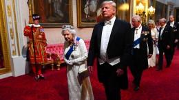 Hat Trump die Queen berührt?