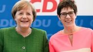 Merkels Kronprinzessin? Annegret Kramp-Karrenbauer und die Kanzlerin am Montag in Berlin