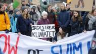 Greta Thunberg (Mitte) demonstriert mit Schülern in Hamburg.