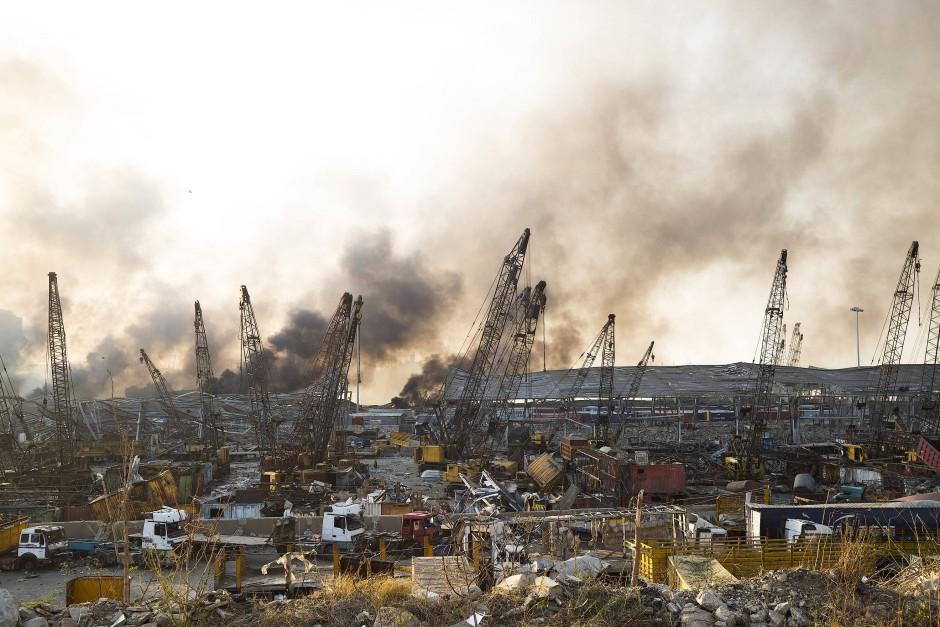 Rauch steigt nach einer Explosion über einem zerstörten Gebäude auf.