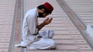 Betender Muslim in der pakistanischen Stadt Peshawar