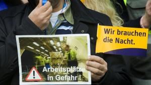 Arbeiter und Vorstand protestieren gegen Nachtflugverbot