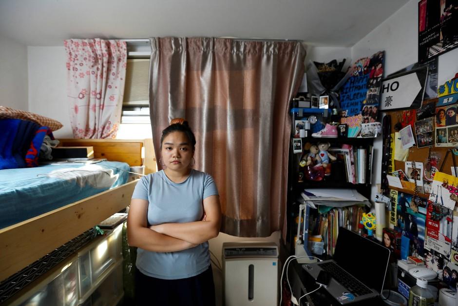 """""""Politisch wird es immer schlimmer. Ich hoffe, wir können daran etwas ändern."""" Filmstudentin Zaleena Ho, 22 Jahre, in ihrem sieben Quadratmeter großen Zimmer."""
