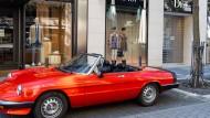 Hier ist nichts abzuwracken: Sportwagen vor noblem Modegeschäft in Frankfurt – bei den Wohlhabenden würde die SPD gerne zuschlagen.