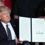 Trump nach der Unterzeichnung des Dekrets