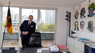 Ein Mann mit Prinzipien: Stefan Knoll, Gründer und Vorstandsvorsitzender der Deutschen Familienversicherung, in seinem Büro in Frankfurt