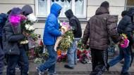 Weg damit! Jugendliche in Nørrebro, zum Teil vermummt, beseitigen am Montag nach den Anschlägen die Blumen, die an der Stelle niedergelegt wurden, wo Polizisten den Attentäter von Kopenhagen gestellt und erschossen hatten. Das sei nicht mit dem Islam vereinbar, begründeten die Jugendlichen ihre Aktion. Einer der Jugendlichen sagte, der Mann sei kein Terrorist gewesen. Der wahre Terrorist sei Dänemark.