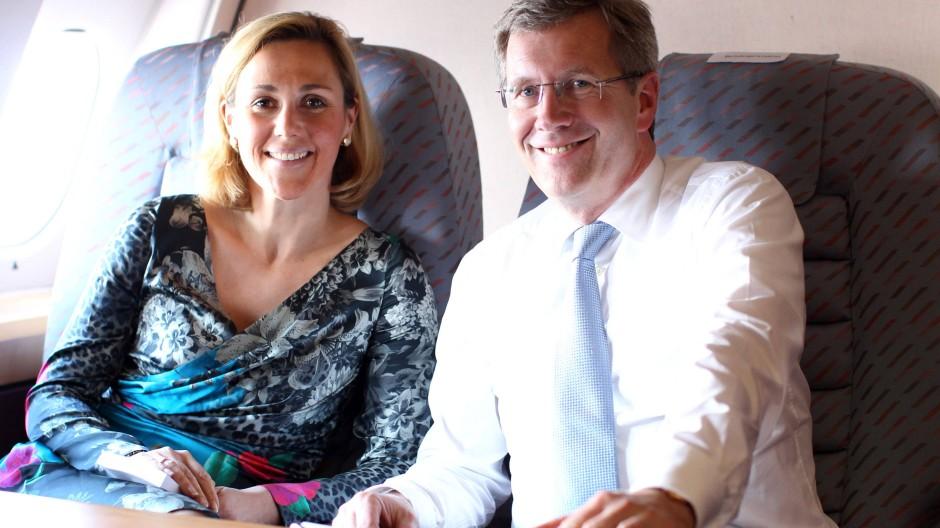 Der Bundespräsident im Anflug: Christian Wulff mit Ehefrau Bettina - offenbar haben sie während seiner Amtszeit als niedersächsischer Ministerpräsident mehr Urlaube auf Anwesen befreundeter Unternehmer verbracht als bisher bekannt