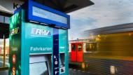 Probelauf: In Friedrichsdorf wird bereits die neue Generation der Fahrkarten-Automaten getestet. Neu ist unter anderem der zweite Display.