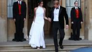 Wunderschön: für die Party am Abend trägt Meghan ein schulterfreies High-Neck-Kleid aus Seidenkrepp von der britischen Designerin Stella McCartney.