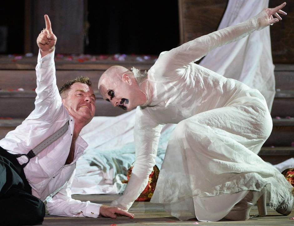 Cornelius Obonya in der Hauptrolle und Peter Lohmeyer (r.) als Tod in der neuen Salzburger Inszenierung
