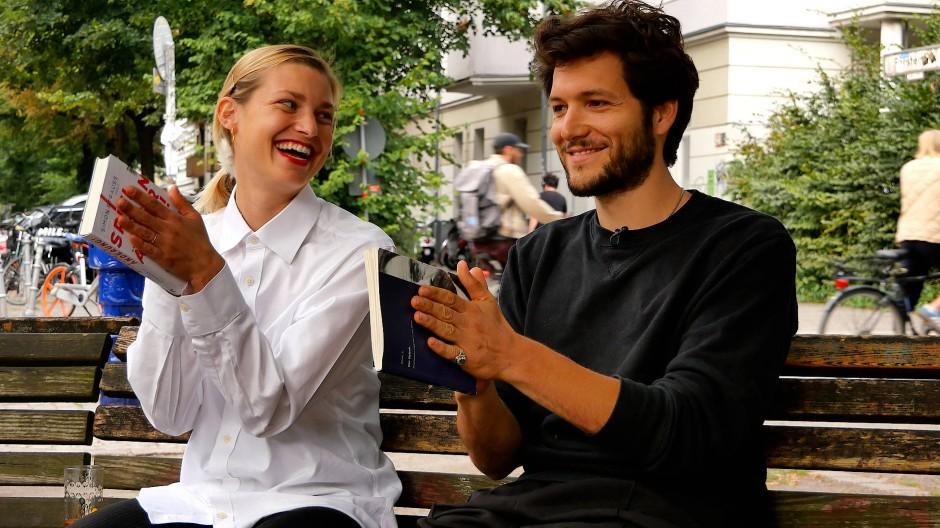 Zwischen zwei Welten: Schauspielerin Anna Platen und Schauspieler Jeff Wilbusch lesen Szenen aus dem Stück von Salomon Anski.