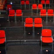 Im Corona-Winter ungenutzt: Rote Stühle im Zuschauersaal des Großen Hauses im Hans-Otto-Theater.