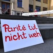 Eine Aktion des Landesfrauenrat Thüringen vor Verhandlungsbeginn im Thüringer Verfassungsgerichtshof, 13. Mai 2020.