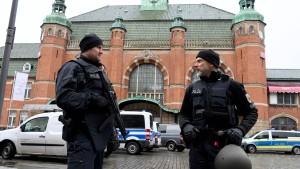 Polizei ermittelt nach rechtsextremen Drohmails Verdächtigen