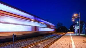 Mann hängt sich an Zug und fährt durchs Ruhrgebiet