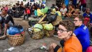 Bergsteiger aus dem In- und Ausland nach ihrer Evakuierung vom indonesischen Vulkan Rinjani