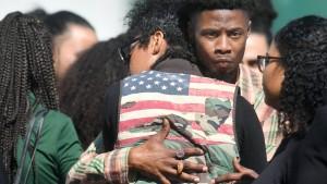 Unbewaffneter Afroamerikaner stirbt nach sechs Schüssen in den Rücken