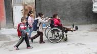 In Emines Wohnzimmer ist eine Bombe explodiert. Bei der Attacke hat sie ihre Beine verloren, ihre Mutter wurde getötet. Heute lebt sie mit ihren Geschwistern in einem türkischen Flüchtlingscamp.
